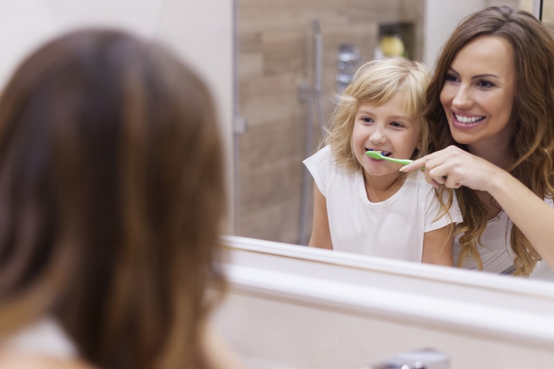 morning-lesson-brushing-teeth-with-mommy